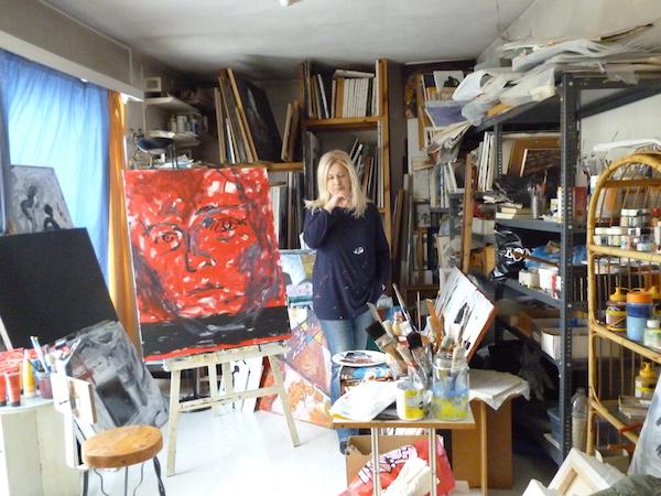 Η ζωγράφος Μαρία Σταμάτη στο ατελιέ